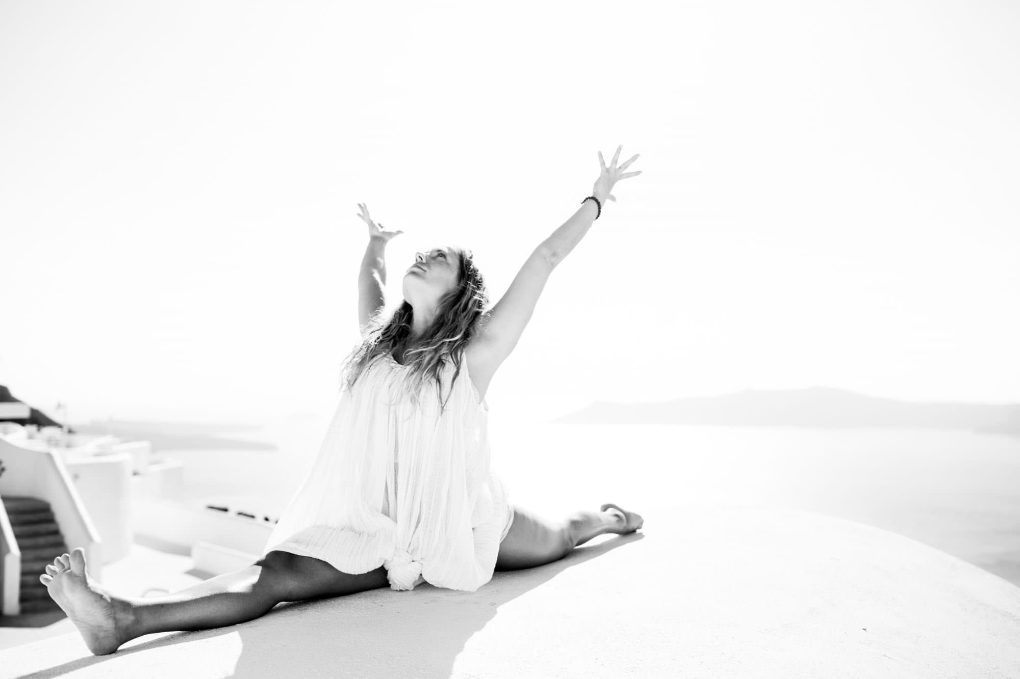 kathryn_budig_yoga_santorini_greece003-1