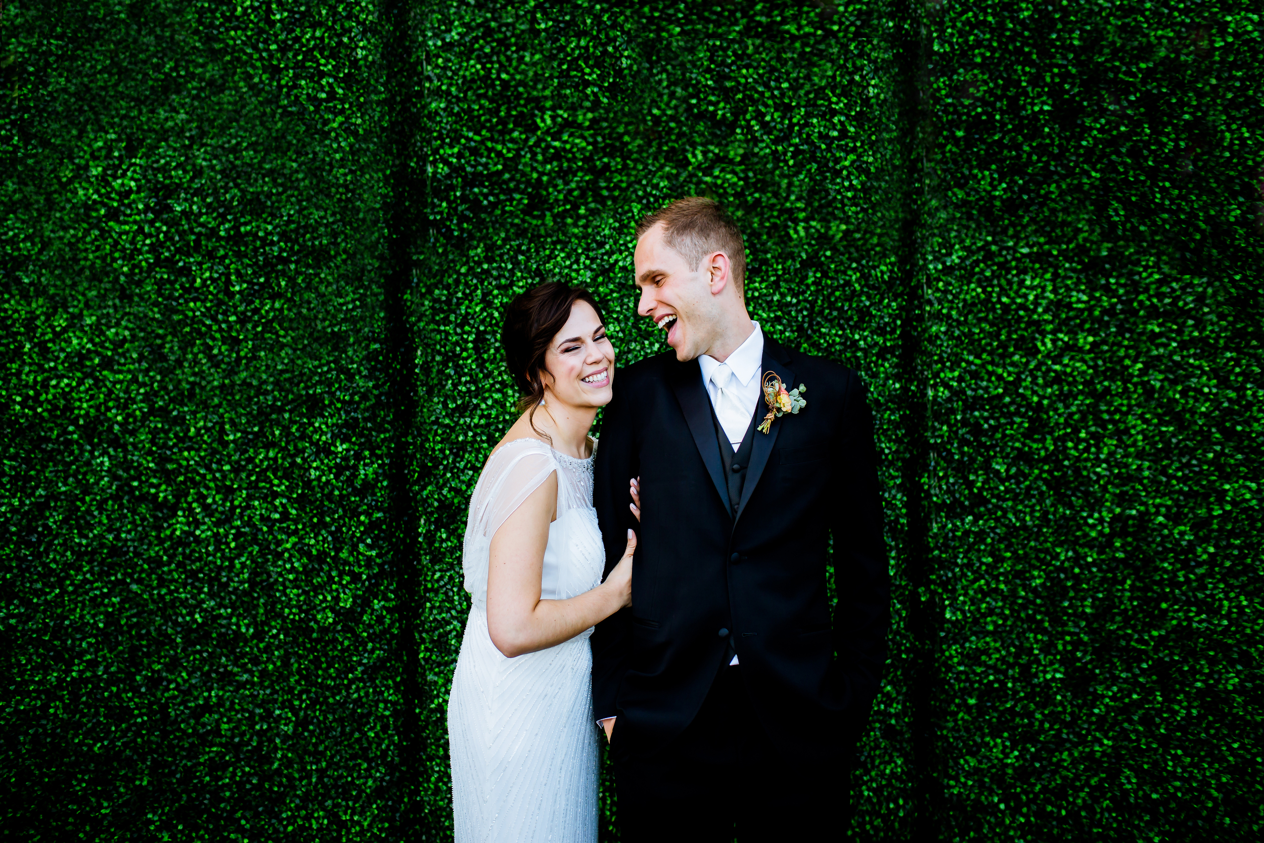 A beautiful sunny wedding at Columbia Gorge Hotel in Hood River photographed by Portland photographers, Daniel and Lindsay Stark.